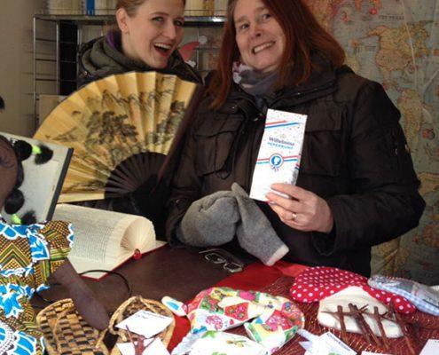 Birgit und Natalie bieten Weihnachtsgeschenke aus aller Welt an.