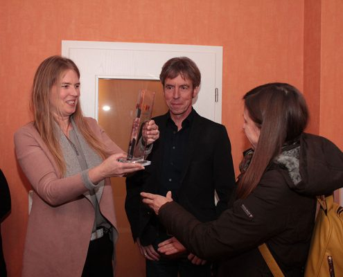 Anja Schlottmann übergibt den Pokal © Ida Dreier