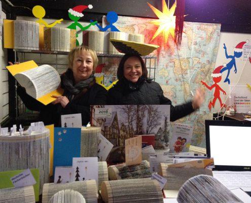 Angelika und Rasa präsentieren Buchfächer aus aller Welt.
